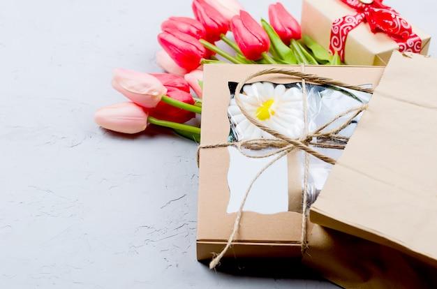 Geschenkbox und tulpen zum verschenken Premium Fotos