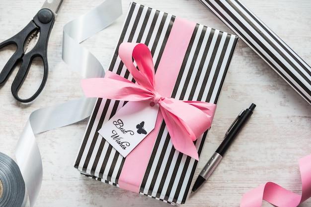 Geschenkbox und verpackungsmaterialien auf einem weißen hölzernen alten hintergrund Premium Fotos