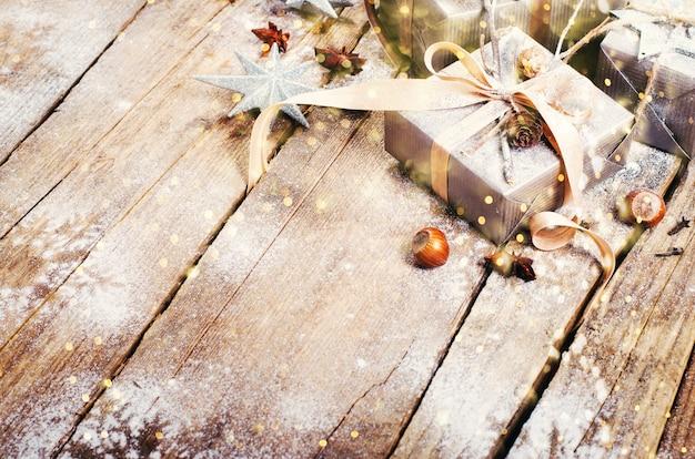 Geschenkboxen auf altem hölzernem hintergrund. weihnachtskarte Premium Fotos