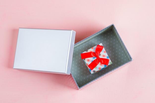 Geschenkboxen auf rosa oberfläche Kostenlose Fotos