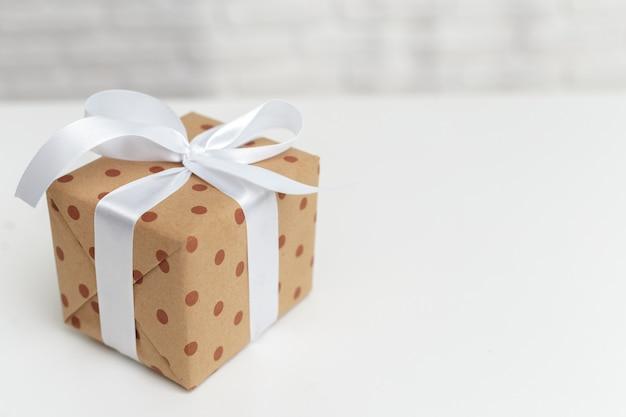 Geschenkboxen auf weißer tabelle Premium Fotos