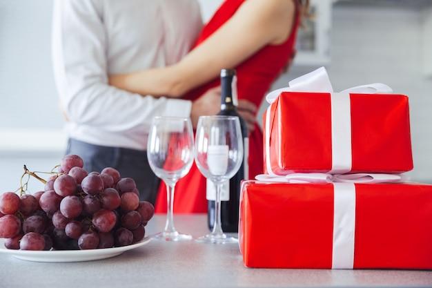 Geschenkboxen, eine flasche wein und trauben auf dem tisch Kostenlose Fotos