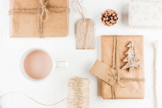 Geschenkboxen in der nähe von becher, haken, markierungen und fäden Kostenlose Fotos