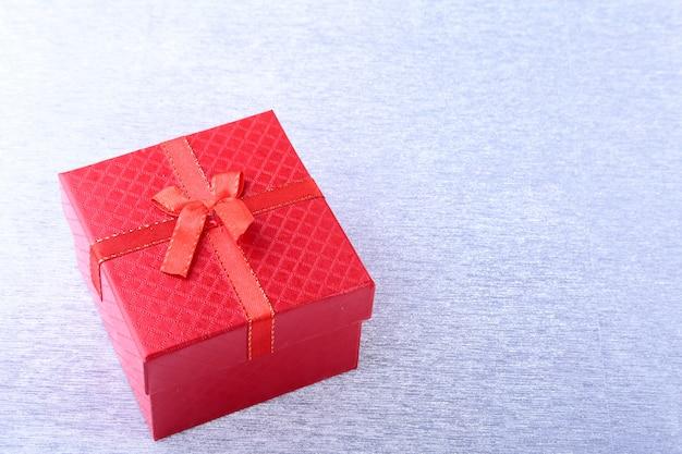 Geschenkboxen mit bogen auf hölzernem hintergrund. weihnachtsdekoration Premium Fotos