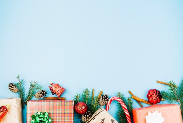 Geschenkboxen mit glänzenden spielzeugen Kostenlose Fotos