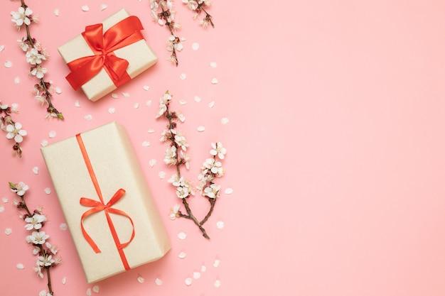 Geschenkboxen mit roten bändern, blumenniederlassungen Premium Fotos