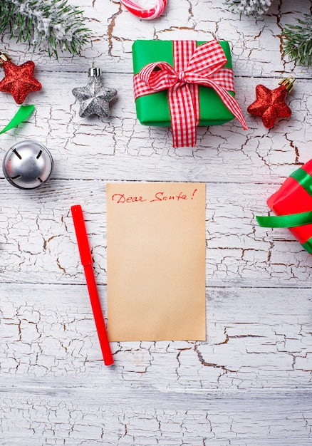 Geschenkboxen und brief an den weihnachtsmann Premium Fotos
