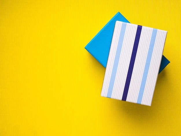 Geschenkboxstapel auf gelbem hintergrund Premium Fotos