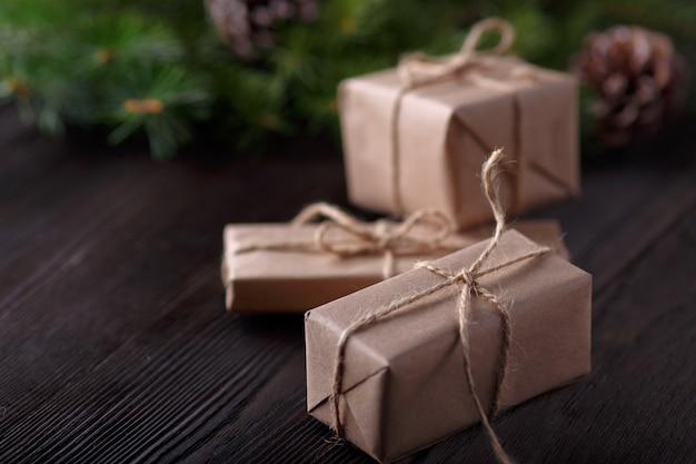 Geschenke braun mit einem string und einer rolle schnur und kiefer verlässt hintergrund Kostenlose Fotos