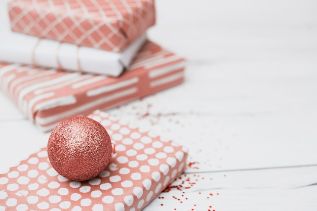 Geschenke in verpackungen in der nähe von weihnachtskugeln Kostenlose Fotos