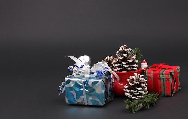 Geschenke und dekorationen am weihnachtsabend mit schwarzem hintergrund. Premium Fotos