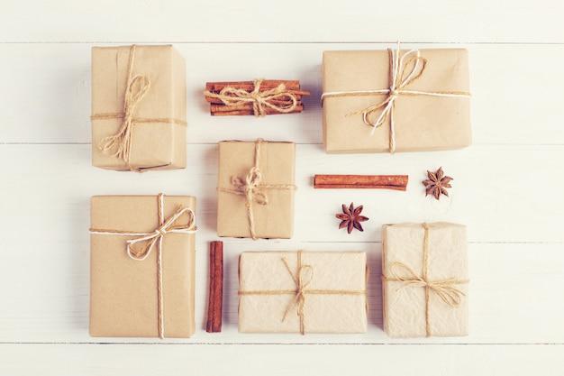 Geschenke und gewürze auf einer weißen tabelle, draufsicht, ebenenlage. das konzept von weihnachten und neujahr. Premium Fotos