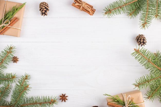 Geschenke und tannenzweige bilden einen rahmen Premium Fotos