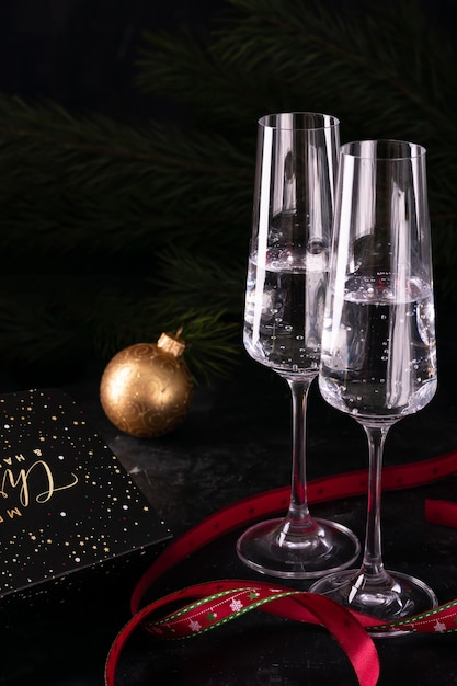 Geschenke und zwei gläser champagner am silvesterabend Premium Fotos