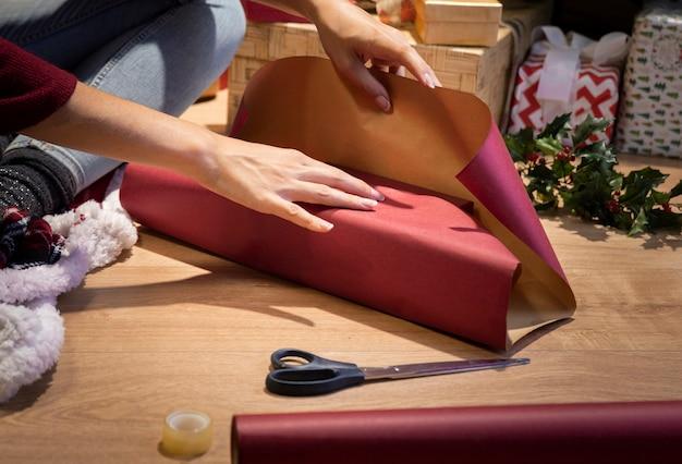 Geschenke vor der weihnachtsnacht zu hause einwickeln Kostenlose Fotos