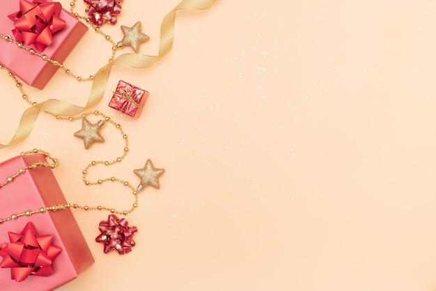 Geschenkkästen auf goldenem hintergrund für geburtstag, weihnachten oder hochzeitszeremonie Premium Fotos