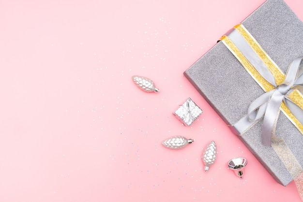 Geschenkkästen auf rosa hintergrund für geburtstag, weihnachten oder hochzeitszeremonie Premium Fotos