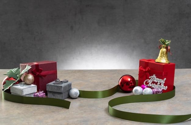 Geschenkpräsentkarton mit farbband auf weißem hintergrund für besondere anlässe des weihnachtsgeburtstags Premium Fotos
