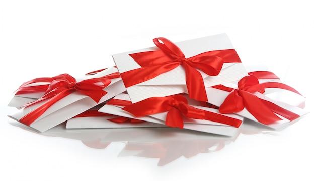 Geschenkumschlag mit fantastischem rotem bogen Kostenlose Fotos