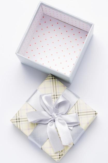 Geschenkverpackung öffnen Kostenlose Fotos