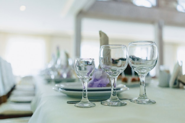 Geschirr auf banketttischen, serviergläsern, löffeln und tellern Premium Fotos