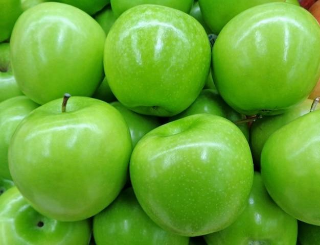 Geschlossen herauf haufen der klarer farbgrün-äpfel, für hintergrund Premium Fotos