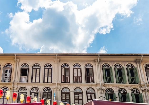 Geschlossene bunte fensterfensterläden in chinatown-bezirk von singapur, asien Premium Fotos