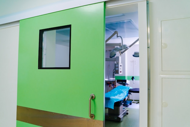 Geschlossene türen im operationssaal. moderne chirurgische klinik Premium Fotos