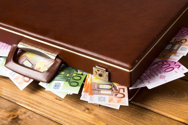 Geschlossener koffer der nahaufnahme mit banknoten nach innen Kostenlose Fotos