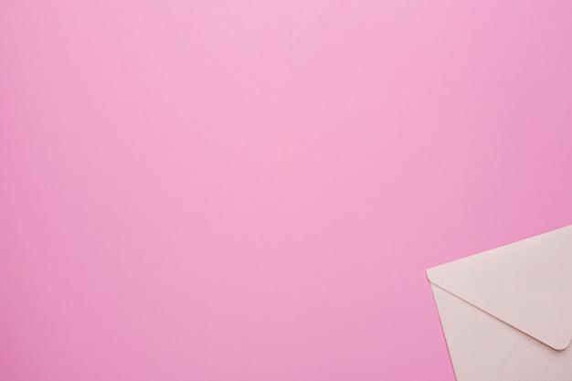 Geschlossener umschlag auf rosa Premium Fotos
