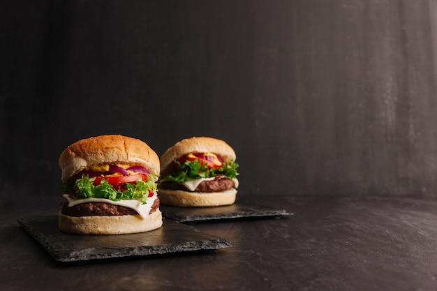 Geschmackvolle hamburger-komposition Kostenlose Fotos
