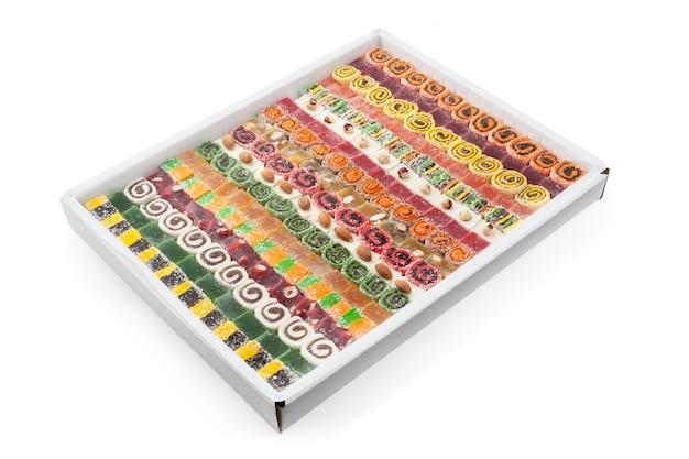 Geschmackvolle orientalische bonbons getrennt auf weiß Premium Fotos