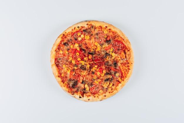 Geschmackvolle pizza auf weißem hintergrund. flach liegen. Kostenlose Fotos