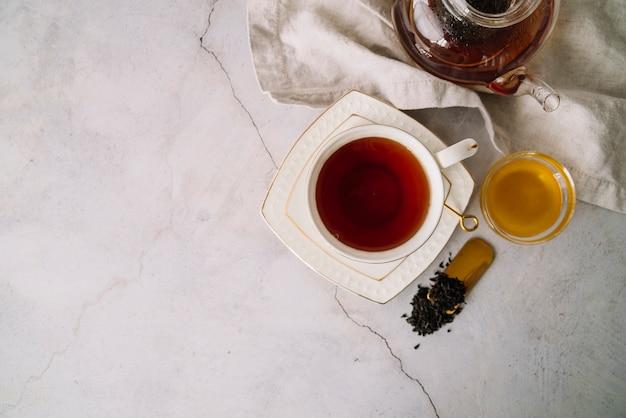 Geschmackvolle tasse tee mit kopienraumhintergrund Kostenlose Fotos