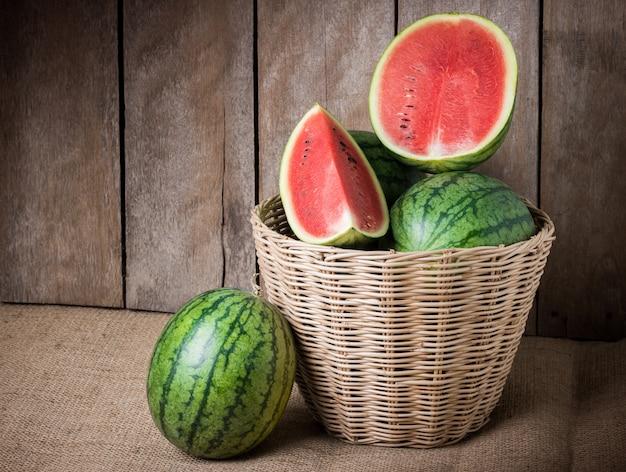Geschmackvolle wassermelone auf hölzernem hintergrund Premium Fotos