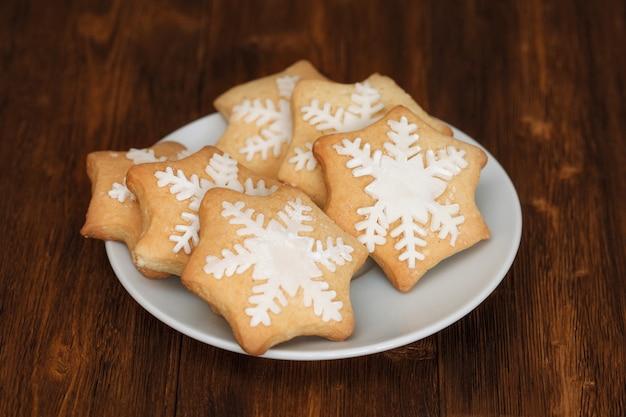 Geschmackvolle weihnachtsplätzchen verziert mit zucker auf platte, nahaufnahme Premium Fotos