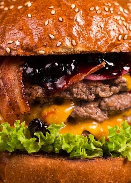 Geschmackvoller doppelter burger der nahaufnahme mit geschmolzenem käse Kostenlose Fotos