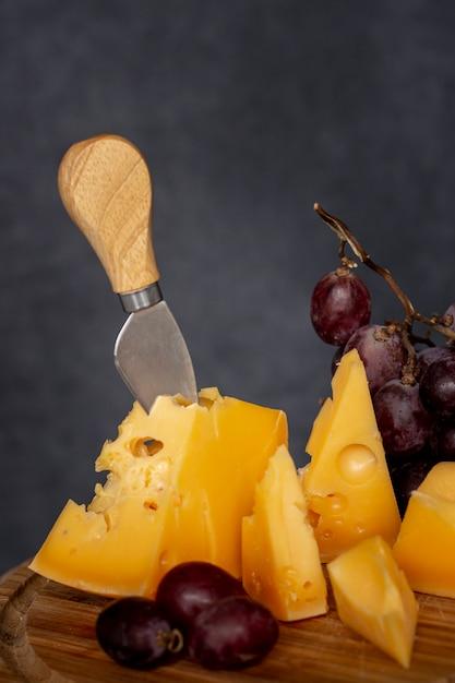 Geschmackvoller käse der nahaufnahme mit trauben Kostenlose Fotos
