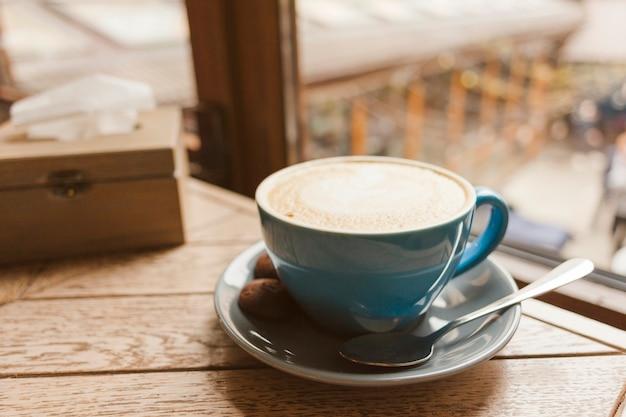 Geschmackvoller kaffee mit köstlichen plätzchen auf holztisch Kostenlose Fotos