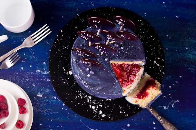 Geschmackvoller kuchen angefüllt mit himbeeren und avocado, nachtisch. ferien Premium Fotos