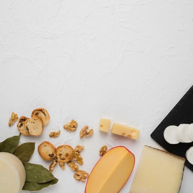 Geschmackvoller organischer frühstücksbestandteil unten des weißen hintergrundes Kostenlose Fotos
