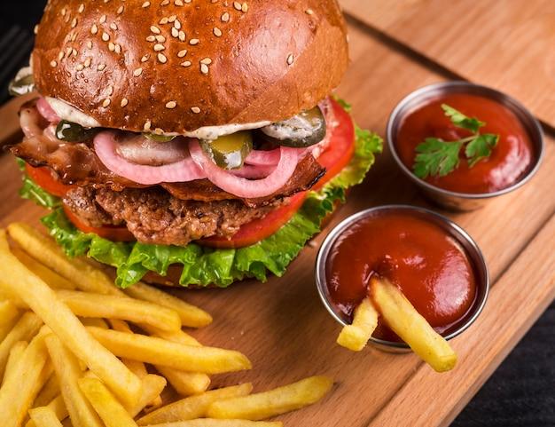 Geschmackvoller rindfleischburger der nahaufnahme mit pommes-frites Kostenlose Fotos