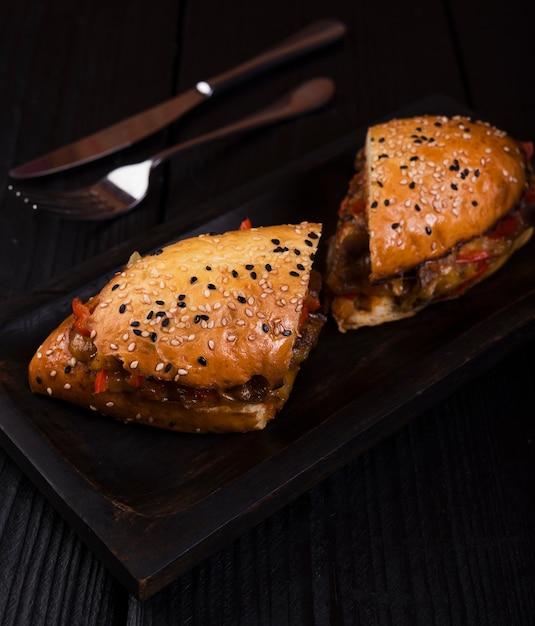 Geschmackvolles sandwich beinahe eingeschnitten mit nahaufnahme Kostenlose Fotos