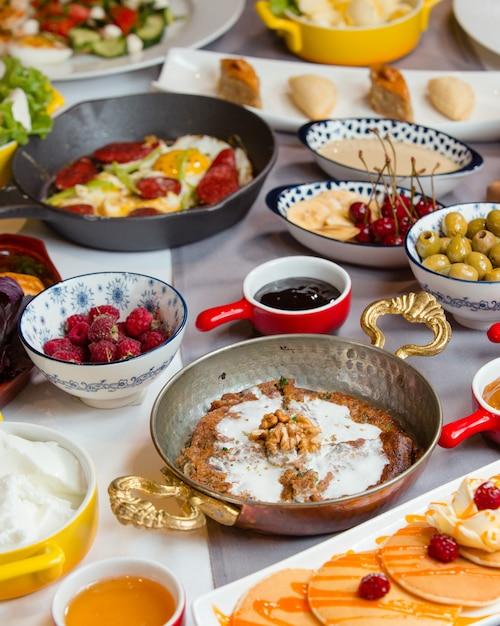 Geschmackvolles traditionelles aserbaidschanisches frühstück mit kookoo, wurst und ei, pfannkuchen, salat Kostenlose Fotos