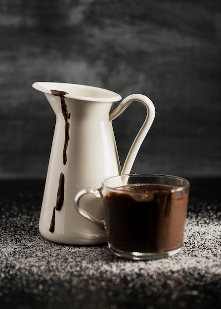 Geschmolzene schokolade in bechern und zucker Kostenlose Fotos