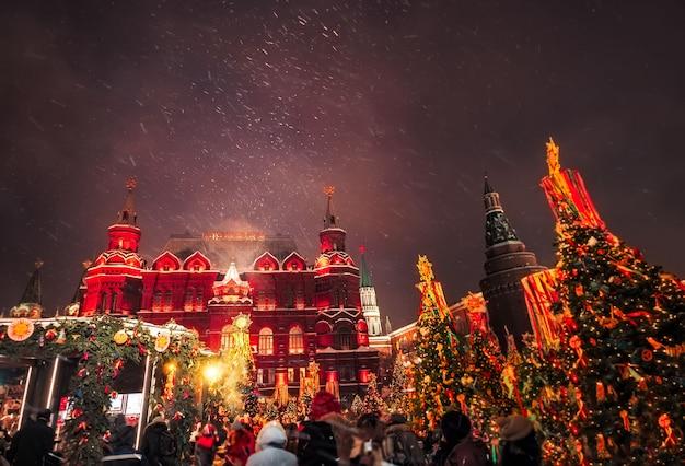 Geschmückte weihnachtsbäume zu ehren der faschingswoche in moskau in der nähe des roten platzes. schöne feiertagslandschaft mit feiertagsdekorations-weihnachtsbäumen. Premium Fotos