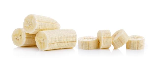 Geschnittene banane auf weißer wand Premium Fotos