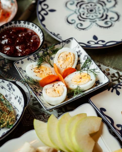 Geschnittene eier mit fruchtmarmelade Kostenlose Fotos