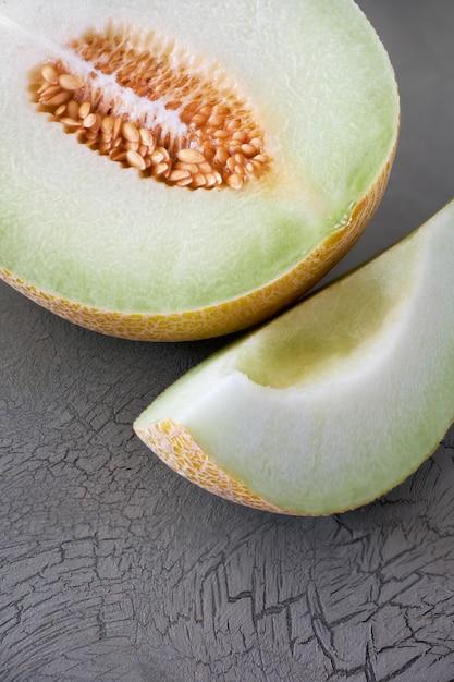Geschnittene kantalupenmelone auf dunkelheit Premium Fotos