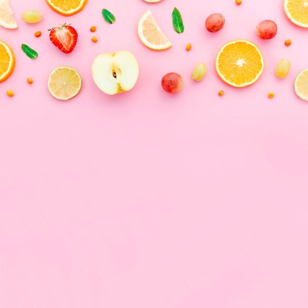 Geschnittene orange trauben des erdbeerapfels und grünblätter Kostenlose Fotos